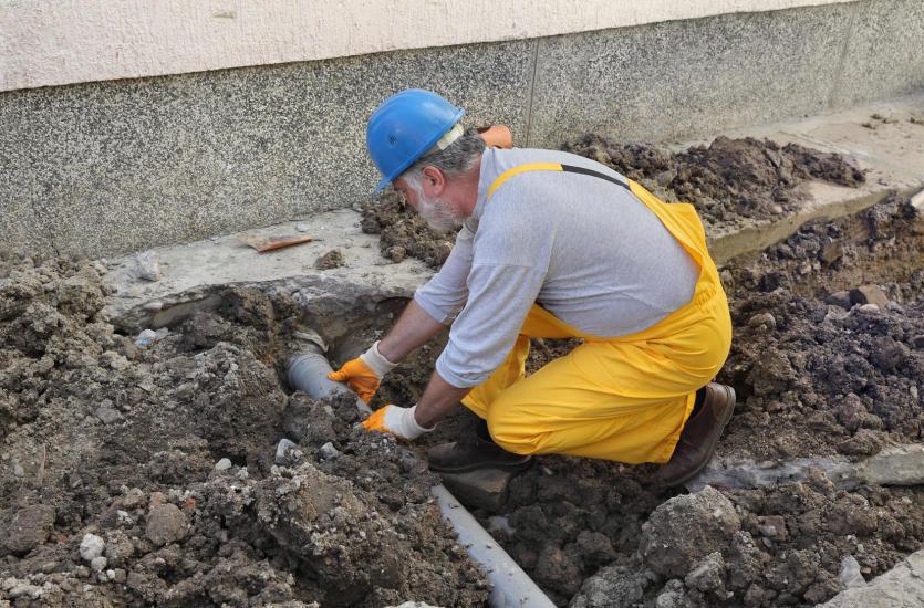 Najlepsze sposoby udrażniania kanalizacji – co zrobić, kiedy rura jest zapchana?