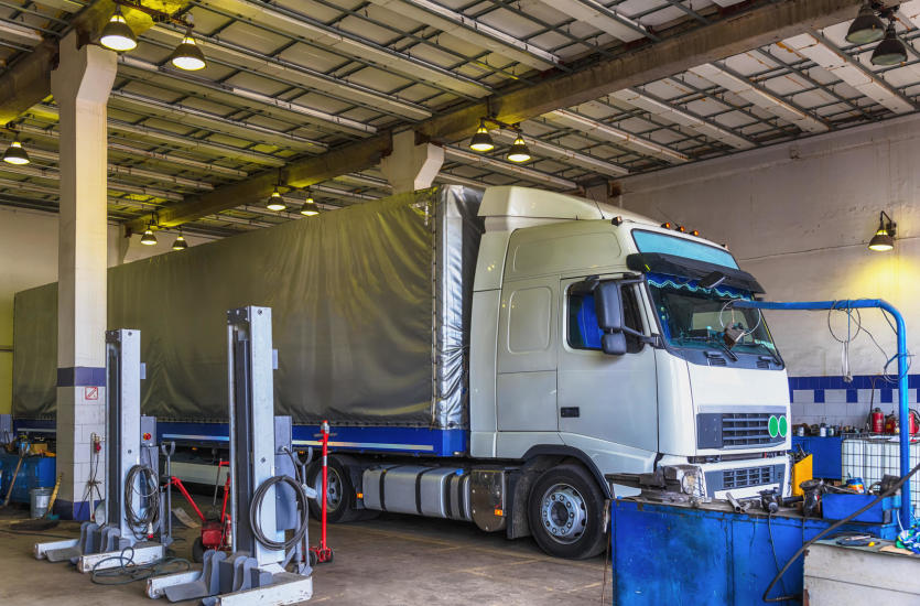 Bez niespodzianek w trasie – jak dbać o ciężarówki w firmie transportowej?