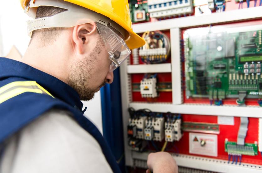 Instalacja elektryczna w domu – jak powinna być wykonana, by nie sprawiać kłopotów?