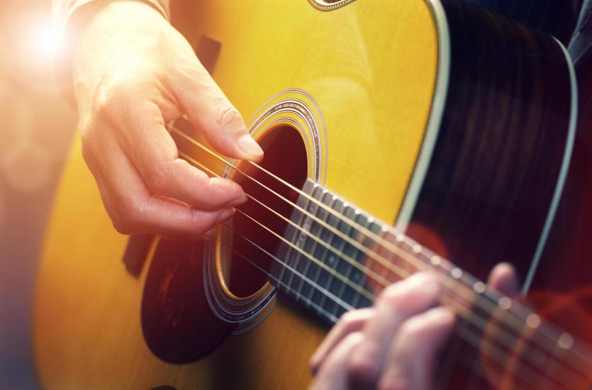 Pierwsza gitara – co wybrać, czyli gitara klasyczna vs akustyczna
