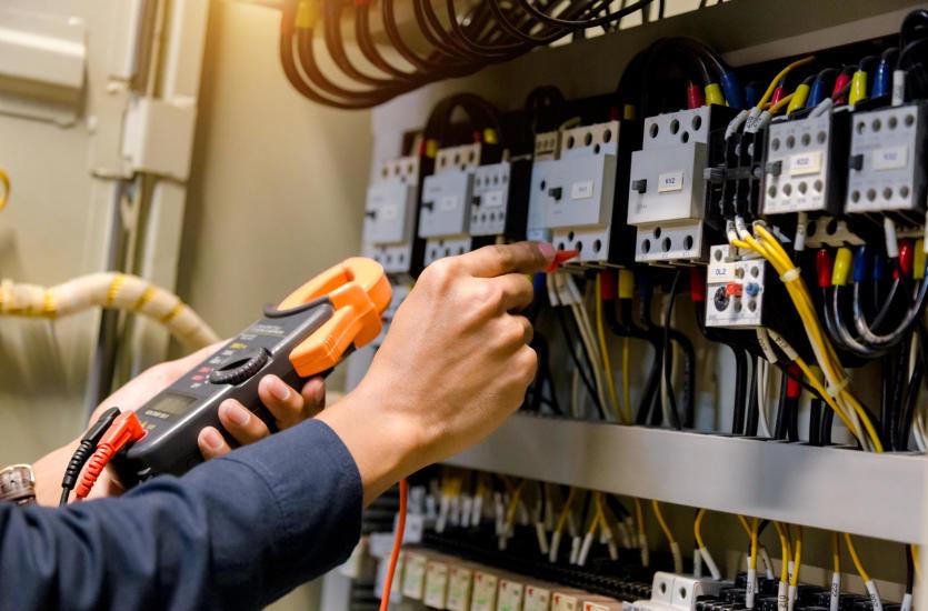 Как выбрать надежного электрика для сборки домашней сети?