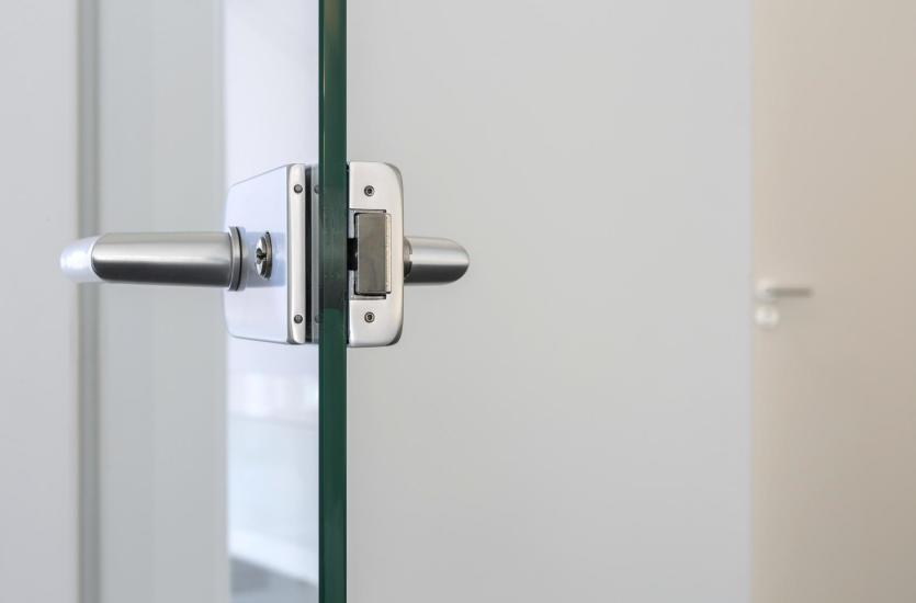 Czy warto zdecydować się na szklane drzwi w aranżacji mieszkania?