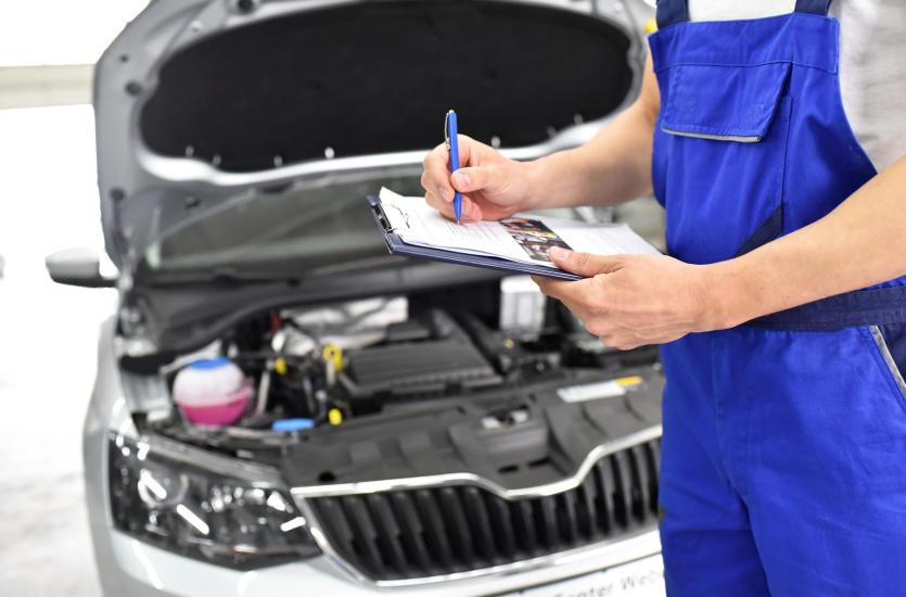 Przegląd samochodu w stacji kontroli pojazdów