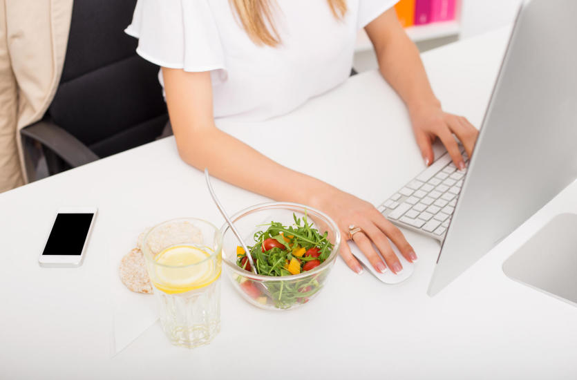 Co jeść w pracy? Pomysły na zdrowe, sycące i łatwe odżywianie w biegu