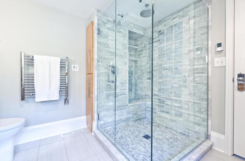 Szkło do kabin prysznicowych – wszystko, co warto o nim wiedzieć