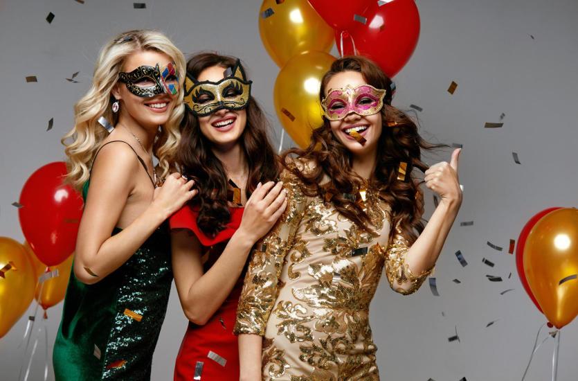 Modne sukienki wieczorowe, które zachwycą na każdej imprezie