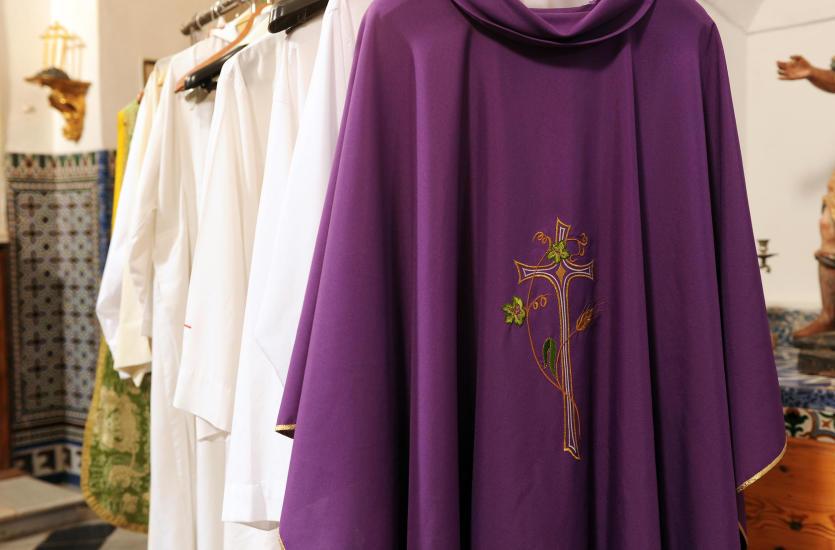 Rodzaje i kolory szat liturgicznych – dowiedz się, co oznacza ubranie księdza