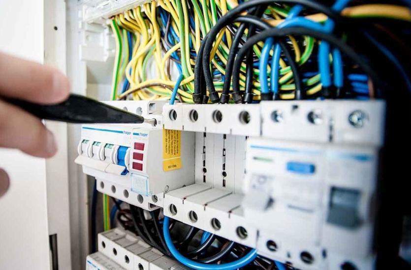 Jak wybrać najlepszy zakład instalacji elektrycznych?
