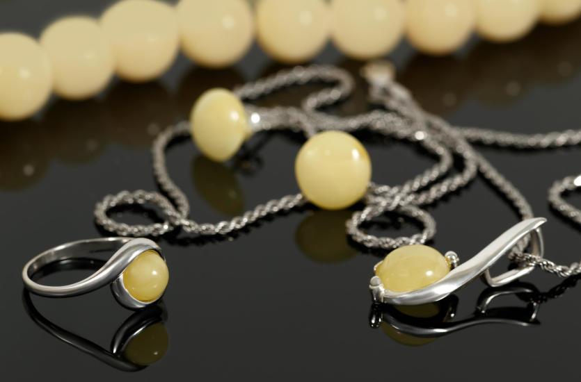 Za co kobiety kochają biżuterię?