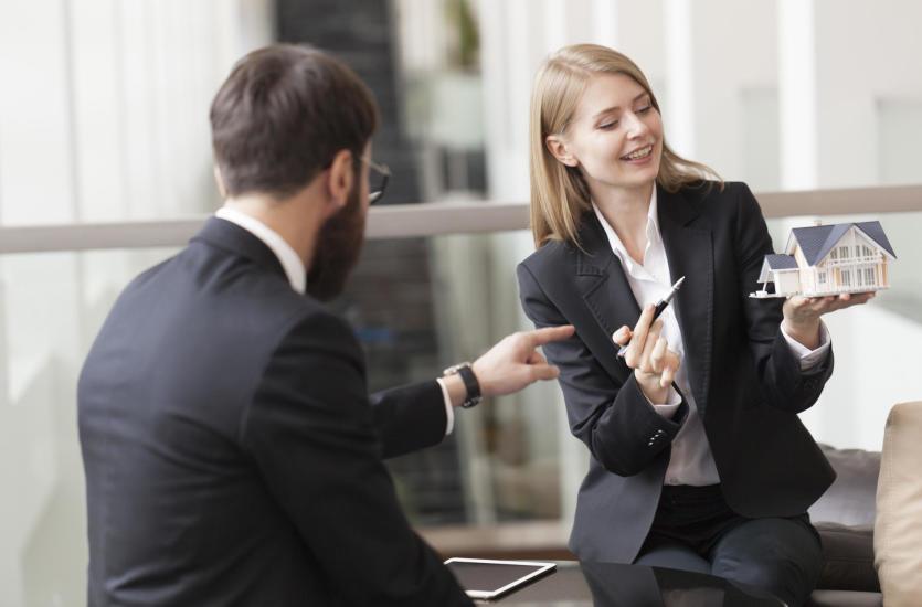 Jaki jest zakres zadań biur nieruchomości i dlaczego warto korzystać z usług pośredników?