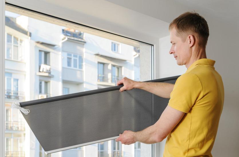 Rolety, żaluzje, a może plisy? – odpowiedni wybór dla Twoich okien