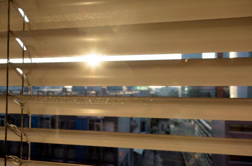 Dekoracje okienne – żaluzje i rolety