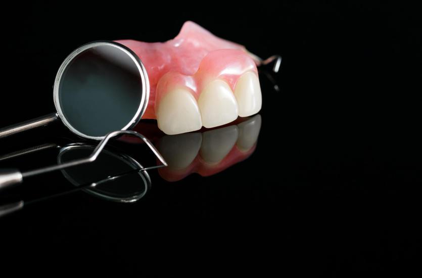 Protezy zębowe elastyczne – czym się cechują?