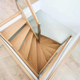Schody drewniane z charakterem – styl i elegancja