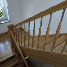 Drewniane schody od stolarza – czy to dobry pomysł?