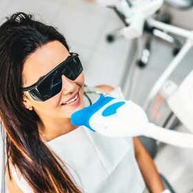 Jak zadbać o wyjątkowy uśmiech, czyli wybielanie zębów i nie tylko