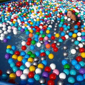 Piłeczki plastikowe - zabawa, zdrowie i edukacja.