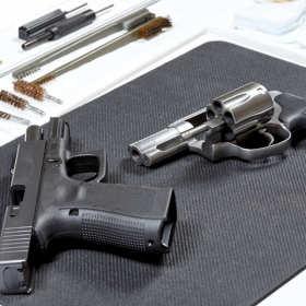 Jakie rodzaje broni palnej znaleźć można w specjalistycznych sklepach?