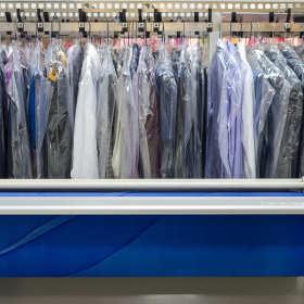 Co warto zanieść do profesjonalnej pralni chemicznej?
