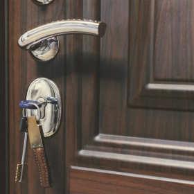 Drzwi dźwiękoszczelne i antywłamaniowe – czym się wyróżniają?