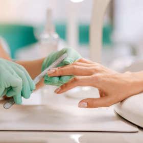 Wiele metod stylizacji paznokci w gabinecie kosmetycznym
