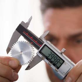 Elektroniczne urządzenia pomiarowe – suwmiarka elektroniczna i śruba mikrometryczna