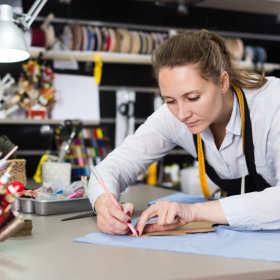 Malowanie na tkaninach – które materiały plastyczne sprawdzą się najlepiej?