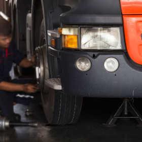 Serwis samochodów ciężarowych – jakie usługi realizuje?
