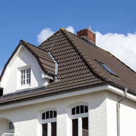 Etapy pracy firmy dekarskiej przy kryciu dachu blachodachówką