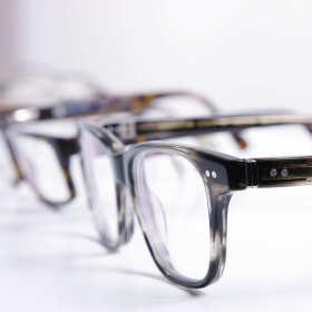 Okulary i soczewki kontaktowe – które rozwiązanie jest lepsze?
