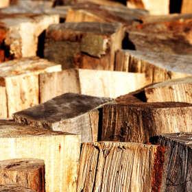 Drewno do kominka – czym kierować się przy jego wyborze?