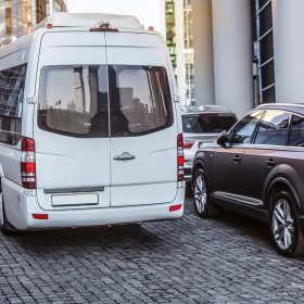 Nowoczesne i komfortowe busy – kiedy warto postawić na ich wynajem wraz z kierowcą?