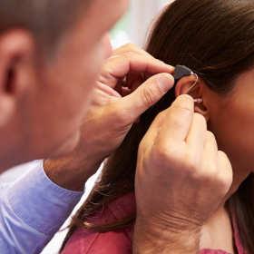 Pomoc laryngologa i protetyka słuchu w dopasowaniu aparatu słuchowego