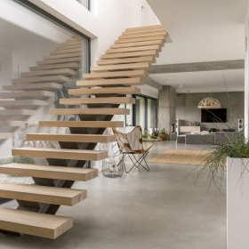 Nowoczesne schody drewniane w domu