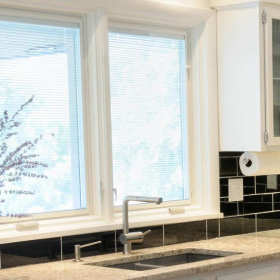 Rolety czy żaluzje – jakie osłony okienne wybrać do domu?