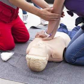Dlaczego warto zapisać się na szkolenie z udzielania pierwszej pomocy?