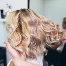 Fryzura na ślub potrzebna od zaraz – jak wybrać salon fryzjerski?