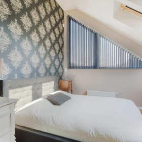 Jak funkcjonalnie urządzić małą sypialnię?