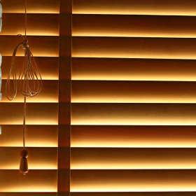 Rolety czy żaluzje? Czym najlepiej osłaniać okna przed słońcem?