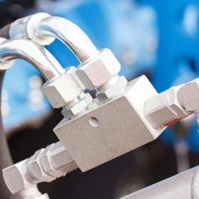 Zakuwanie przewodów hydraulicznych – lepiej kupić gotowe, czy robić na zamówienie?