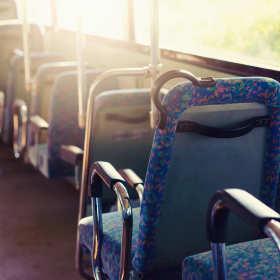 Wakacyjny poradnik: Jak umilić sobie czas podczas wycieczki autokarem?