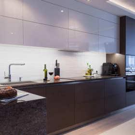 Dlaczego warto zdecydować się na panele szklane w kuchni?