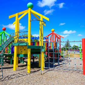 Zabawa na świeżym powietrzu na placu zabaw to samo zdrowie!