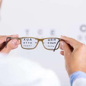 Jak wybrać eleganckie i stylowe okulary? Ucz się od mistrzów