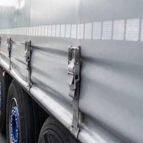 Jak przystosować samochód dostawczy do transportu towarów?