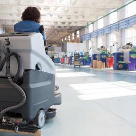 Trzy profesjonalne maszyny czyszczące dla firm