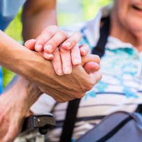 Jak zapewnić dobrą opiekę starszej, schorowanej osobie? Poradnik