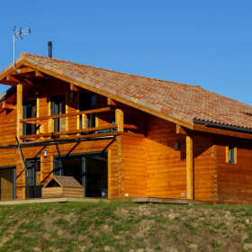 Drewniany dom całoroczny – czy to się opłaca?