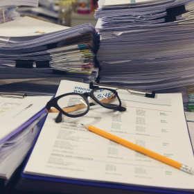 Prowadzenie księgowości i spraw kadrowych warto powierzyć firmie zewnętrznej