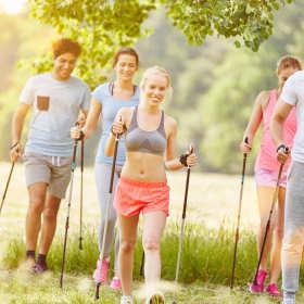 Dlaczego warto uprawiać nordic walking?